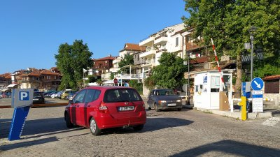 Общинският паркинг в Созопол работи 24 часа, но намирането на места е предизвикателство