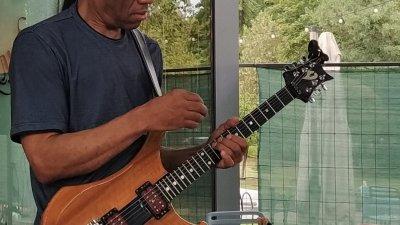 Американският китарист изнесе безплатен концерт в двора на експозиционен център Флора. Снимки Авторът