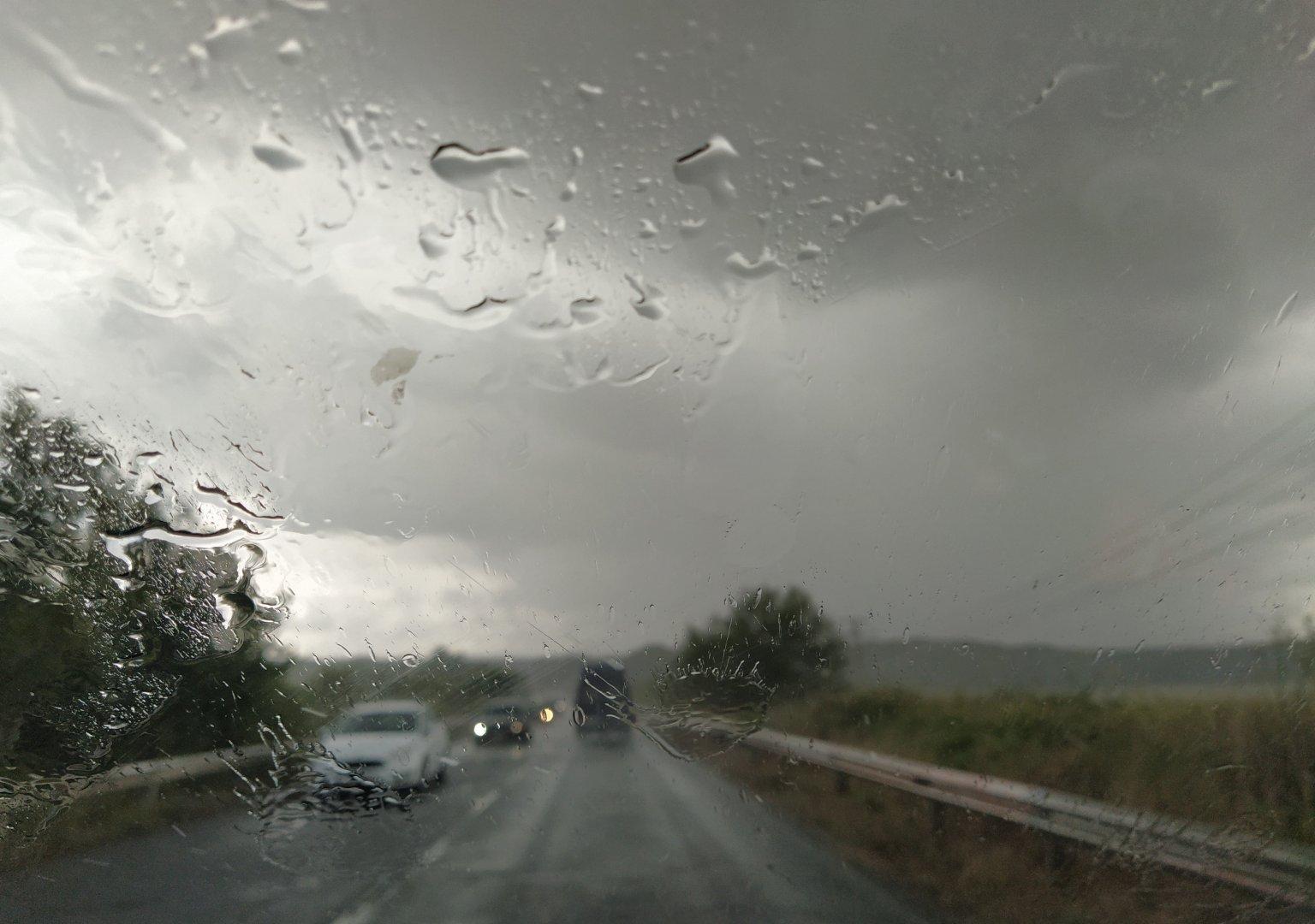 За броени минути обилен дъжд се изля над града