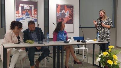 Али Бадер и Ирина Папанчева (втората отдясно наляво) споделиха своя начин на писане пред бургазлии. Снимки Авторът