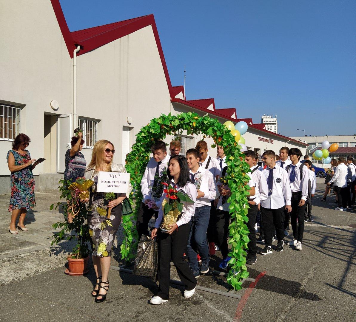 Осмокласниците заедно със своите класни ръководители минаха под арката преди да влязат в гимназията