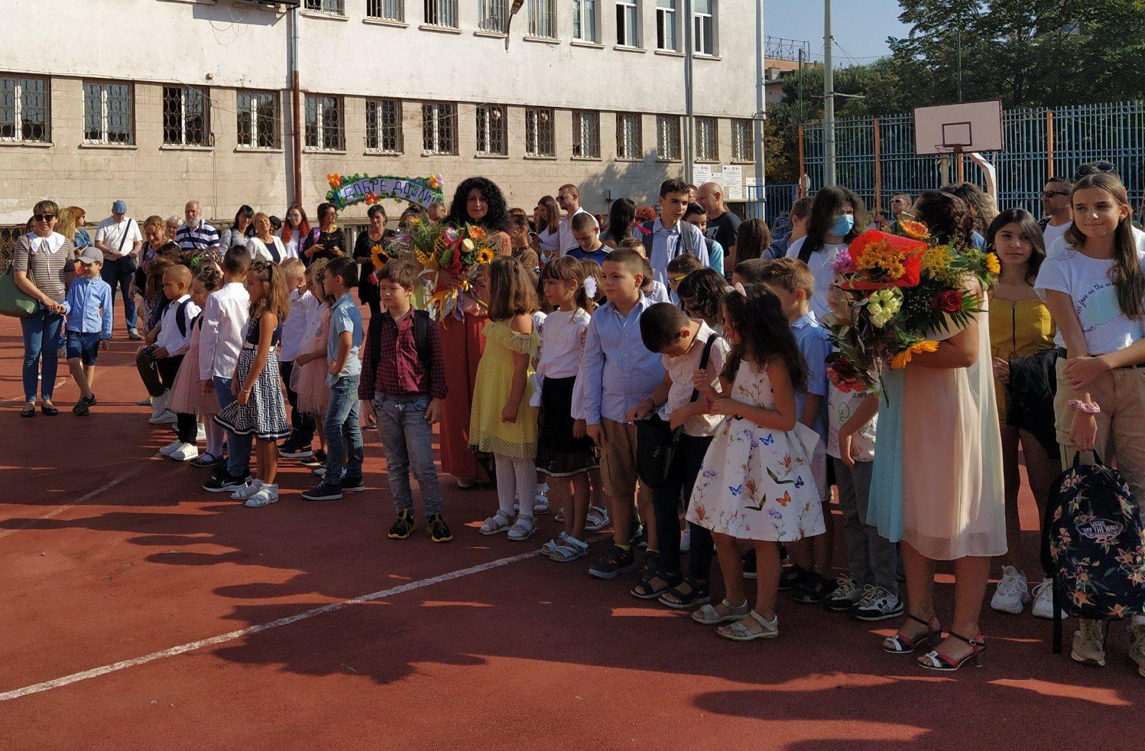 Детски смях изпълни двора на училището на откриването на учебната година