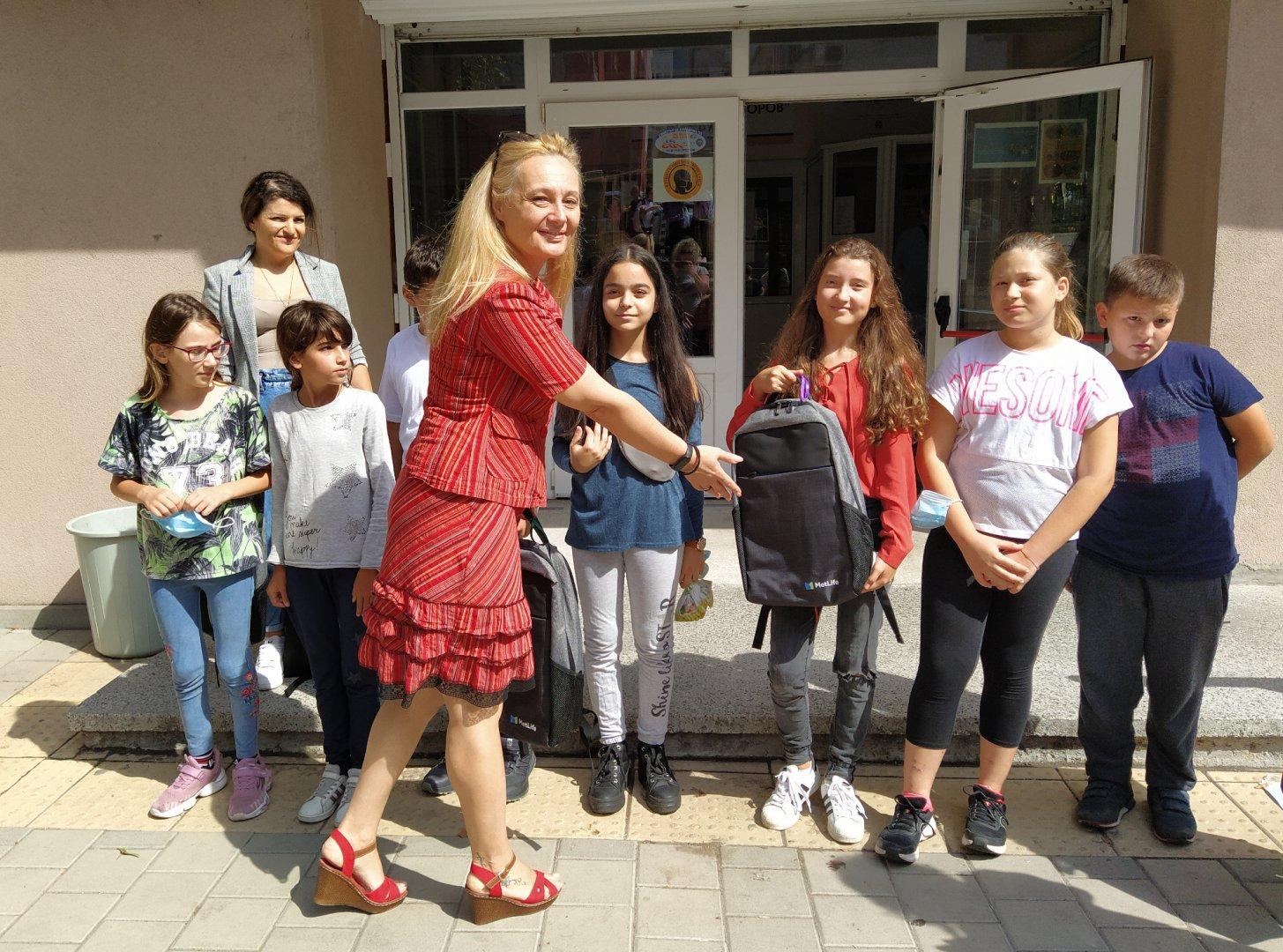 Красимира Катинова и колегите й от бургаскя клон зарадваха децата в ОУ Пейо Яворов с раници