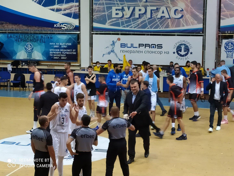 За второто полувреме Васил Евтимов води отбора с превръзка на дясната ръка. Снимка Авторът