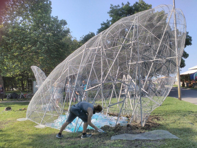 Метална инсталация във формата на риба поставиха в Морската градина в Бургас. Тя ще бъде запълнена с 4000 пластмасови бутилки. Снимки Лина Главинова