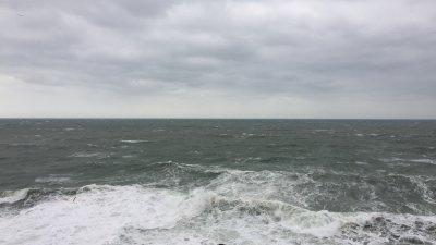 Морето днес в Созопол е бурно и страховито. Снимки Емил Ованесов