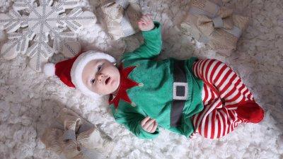 Пламен позира за снимка облечен като джуджето на Дядо Коледа
