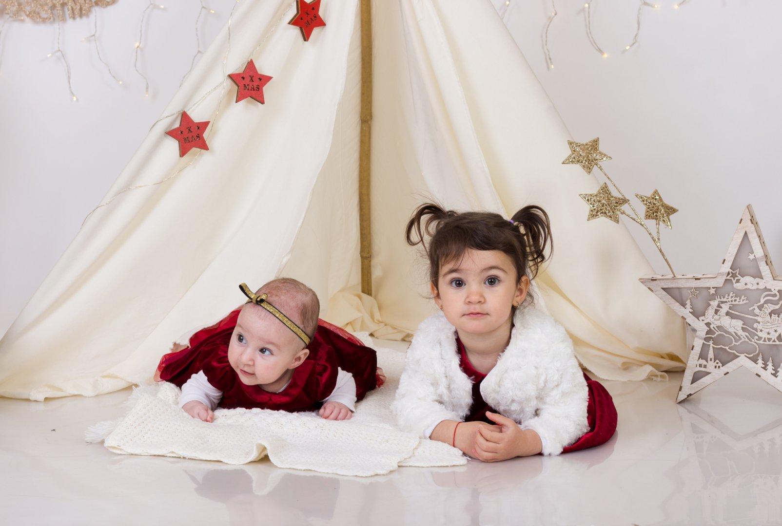 Това е първата съвместна Коледна фотосесия на двете сестри