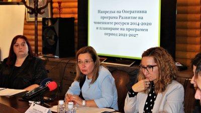 Схемата касаеща българите в чужбина е пилотна, коментира зам.-министър Русинова (в средата). Снимка МТСП