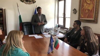 Кметът на морската община Георги Лапчев посрещна абитуриентите в кабинета си. Снимки Община Царево