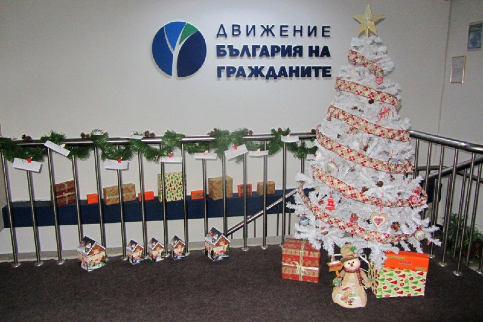 Книгите се събират под елхата на ДБГ - Бургас