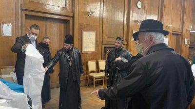 На свещениците бяха раздадени защитни шлемове. Снимки Община Бургас
