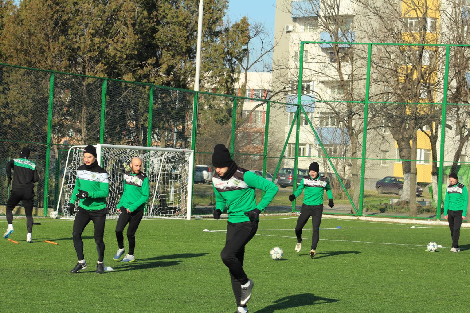 В тренировките се включиха всички футболисти на шейховете. Снимка ПФК Нефтохимик