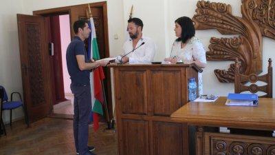 Станимир Фешев (в средата) положи клетва като общински съветник. Снимки Община Царево и Черноморие-бг