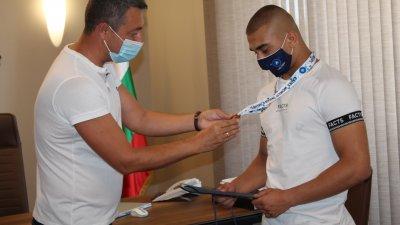 Кметът на Царево Георги Лапчев (вляво) поздрави медалиста. Снимки Община Царево