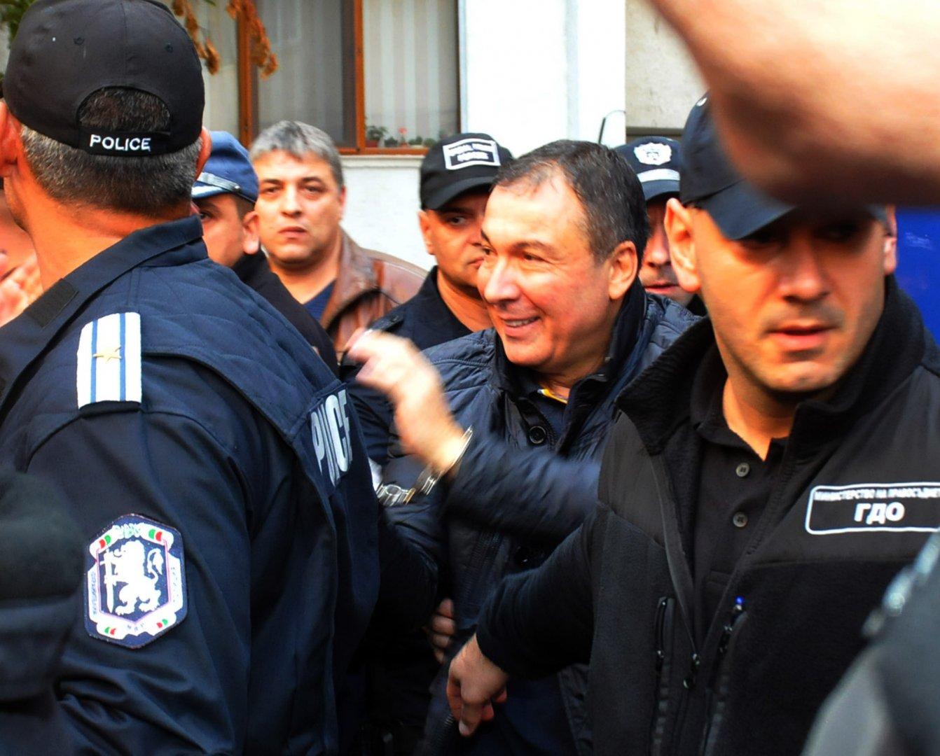 С белезници и под полицейски конвой доведоха Николай Димитров в Несебър, за да положи клетва като избран кмет. Снимки Лина Главинова