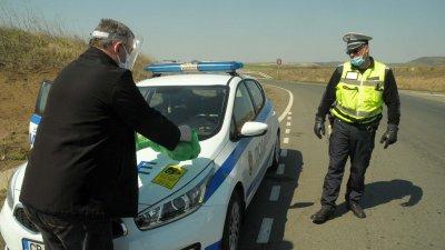 От Община Бургас разнасят храна на полицаите, които дежурят на КПП-та. Снимки Черноморие-бг