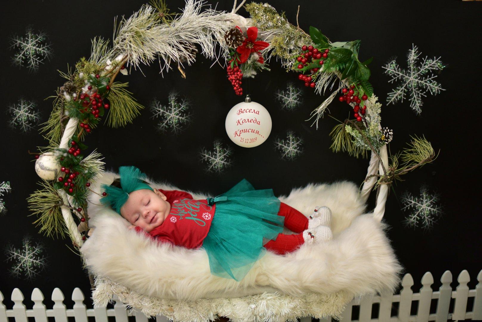 Това е първата празнична фотосесия на малката Крисия