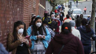 Дълги опашки се вият от хора желаещи да получат безплатна храна. Снимка The Boston globe