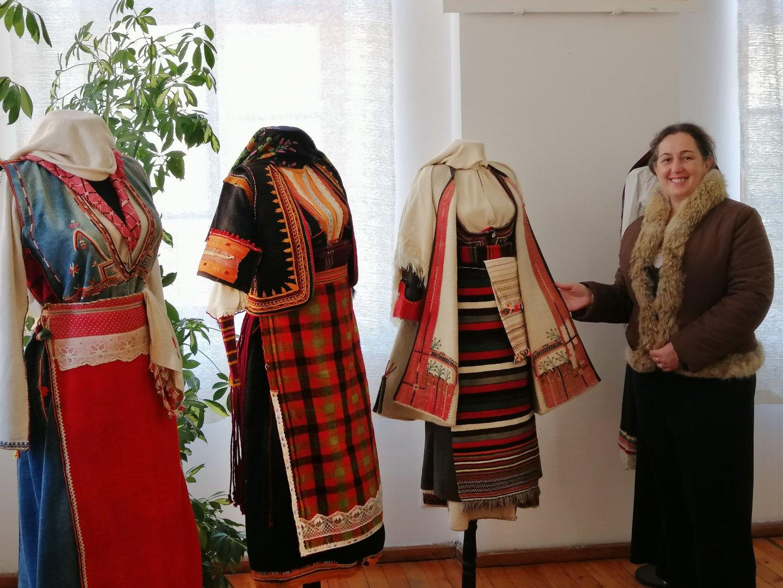 Росица Топалова ще разкаже какво са носели жените преди век. Снимка РИМ - Бургас
