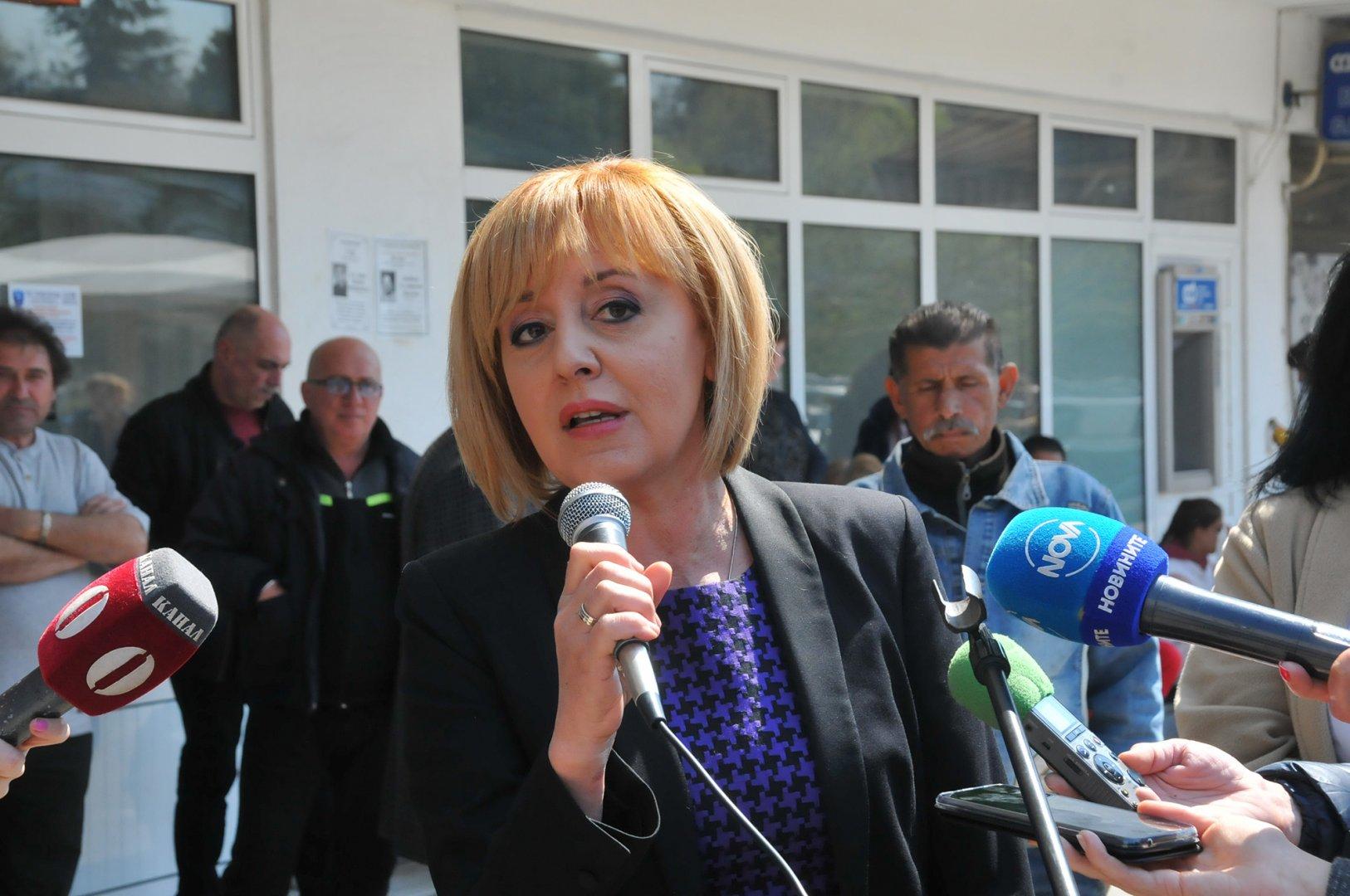 Общественият посредник Мая Манолова дойде специално за днешния протест пред болницата. Снимки Лина Главинова