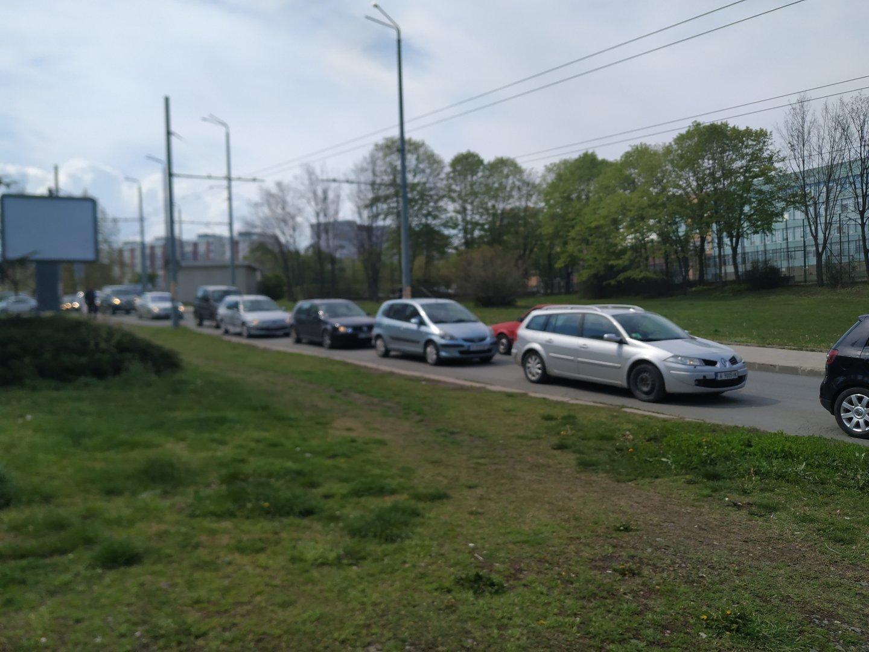 Колоната от автомобили се образува към 11.00 часа и затруднява движението. Снимки Черноморие-бг