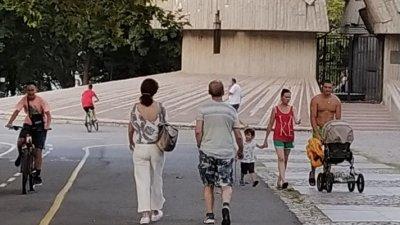 Доц. Мангъров (в гръб) бе засечен на вечерна разходка в Морската градина на Бургас