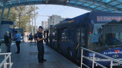 Екипът е засечен да проверява автобус по линия Б1 на централната спирка до БСУ