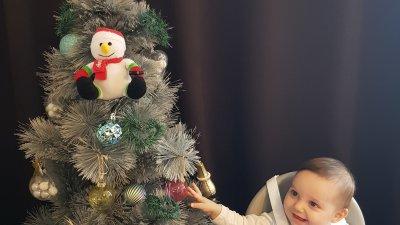 За малката Нели това е първата Коледа