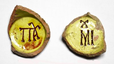 На дъната на откритите чаши има надписи. Снимка РИМ - Бургас
