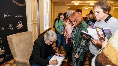 Докато раздаваше автографи, Орлин Горанов разговаряше с почитателките си