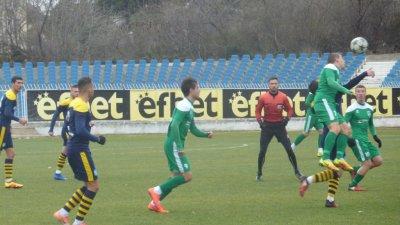 Срещата се игра при изключително студено време на градския стадион в Несебър. Снимка ОФК Поморие