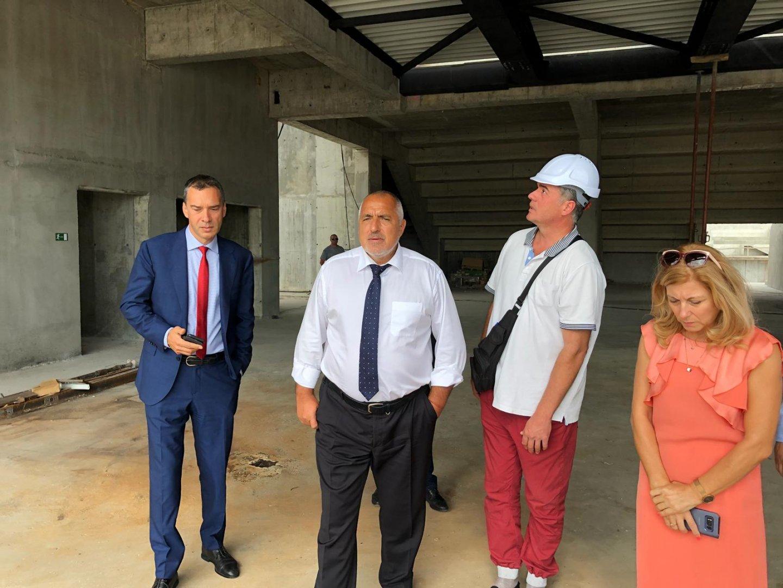 Министър-председателят Бойко Борисов (вторият отляво надясно) инспектира строежа на залата. Снимки Министерски съвет