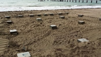 Върху тези бетонни кубове ще бъде монтирано заведението за хранене