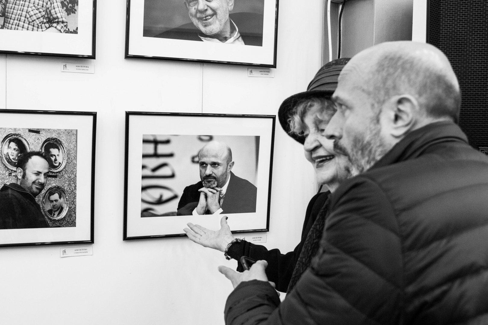 Татяна Лолова и Георги Тошев разглеждат заедно изложбата на Ани Петрова