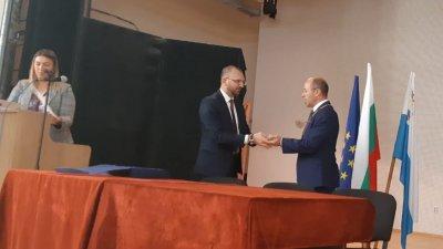 Областният управител на област Бургас Вълчо Чолаков (вляво) връчи огърлицата на кмета на Приморско Димитър Германов