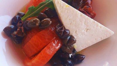 Специалната салата е с розови домати с маслини таджаска, плочка биволско сирене и печен пипер. Снимка Приморец