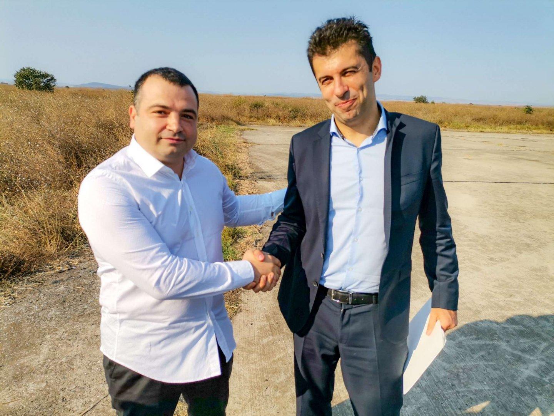 Константин Бачийски (вляво) разговаря с Петков при идването му на бившето военно летище край Равнец в края на август