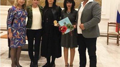 Роза Боянова (втората отляво надясно) и Наталия Недялкова (четвъртата отляво надясно) са сред отличените. Снимка Личен архив