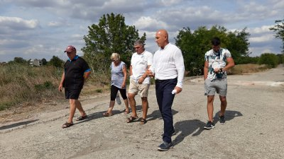 Кандидатът за кмет на община Бургас Николай Тишев (на преден план) посети Българово и Равнец. Снимка БСП - Бургас