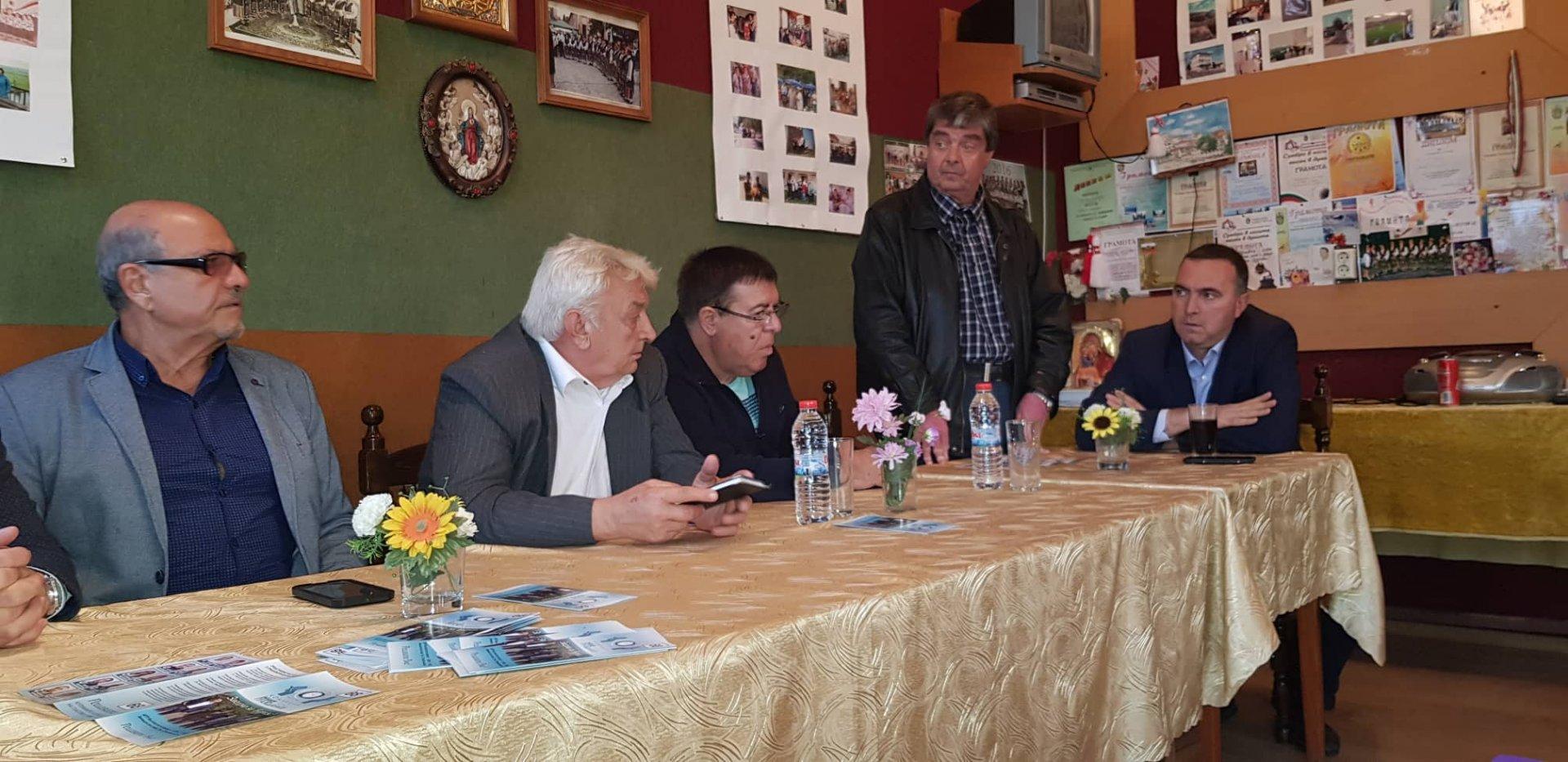 Кандидат-кметът Евгени Конов (вторият отляво надясно) и кандидатите за съветници от Ние, Гражданите се срещнаха с жителите на Извор