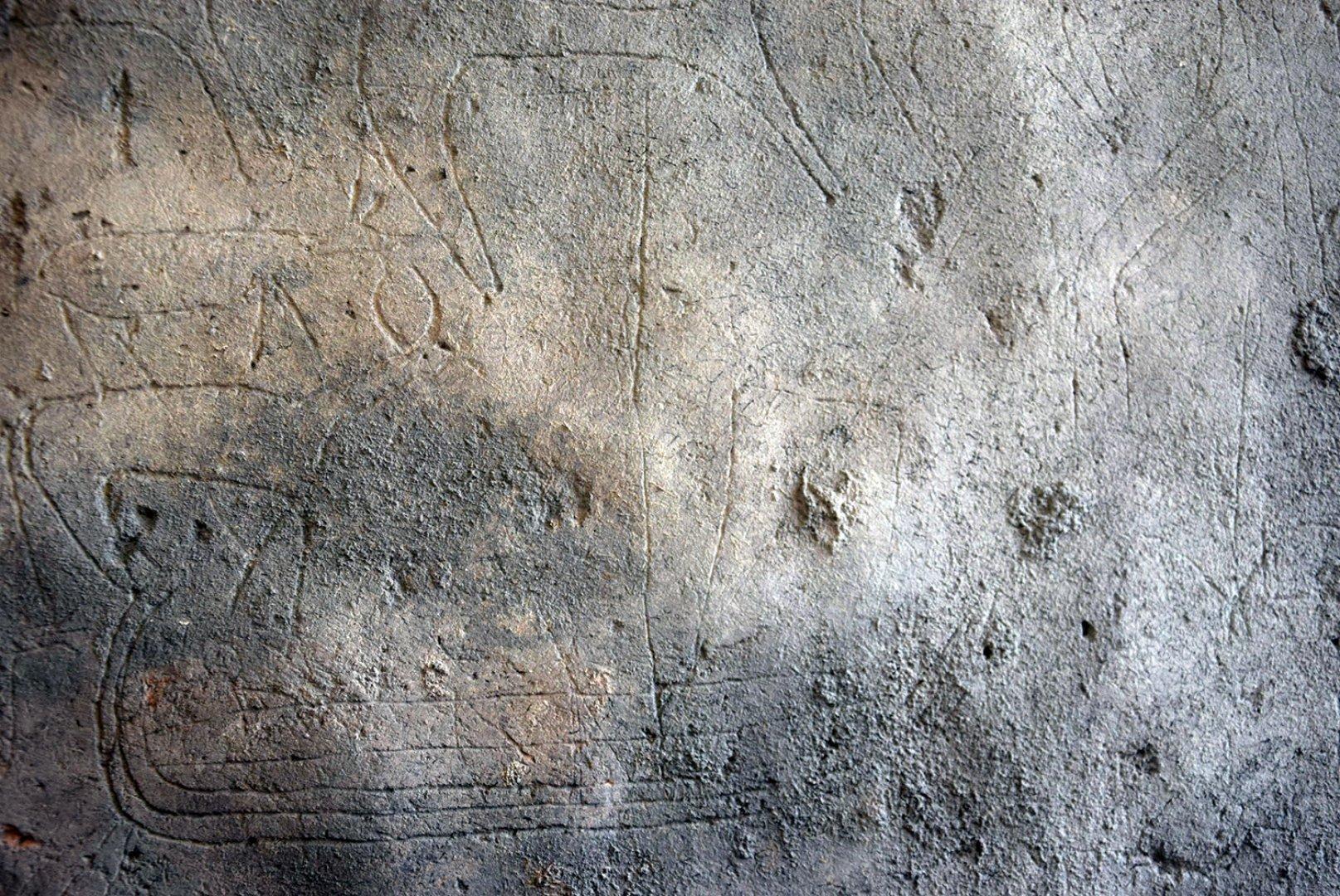 Графитите са на 700 години и са открити във водохранилището на замъка. Снимки РИМ - Бургас