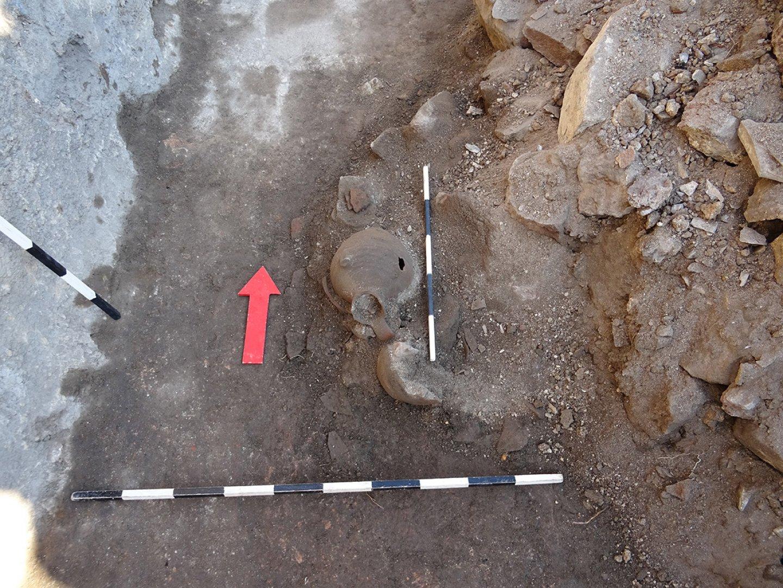 Сред находките са и поне 7 средновековни съда – амфори и стомни, които са буквално смазани от рухналите камъни и ще бъдат възстановени в реставрационните ателиета на музея. Снимки РИМ - Бургас