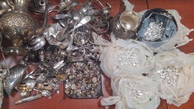 Сребърните изделия са пренасяни в лек автомобил Ауди. Снимки ТД Митница - Бургас