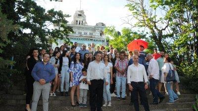 Кандидатите за народни представители и жители на Созопол се снимаха пред рушащата се сграда