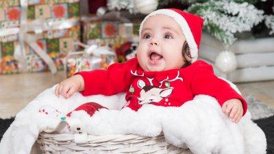 Малката Стефани за първи път позира за коледна фотосесия