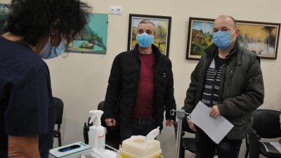 Първите ваксинирани в КОЦ - Бургас са д-р Теодор Попов (вляво) - завеждащ ковид сектора в КОЦ - Бургас и д-р Николай Киселков - лекар в същото отделение
