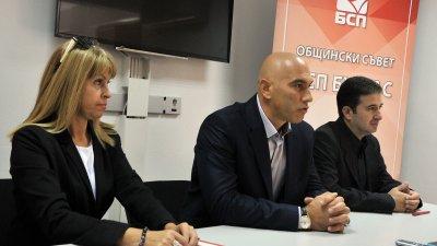 Очаквам добър резултат от листата ни за Общински съвет, каза кандидат-кметът Николай Тишев (в средата). Снимка Черноморие-бг