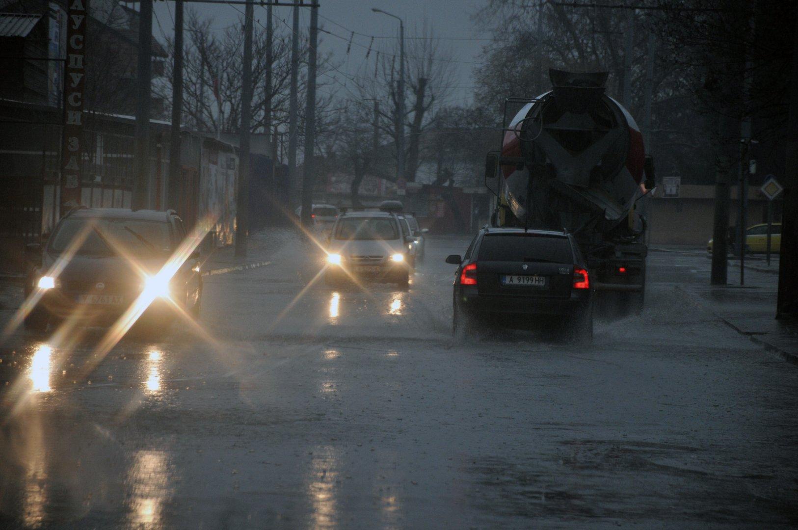 Проливните дъждове не спират вече трето денонощие и създават затрудение при движението