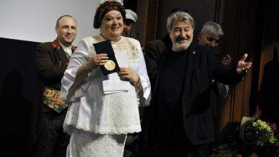 Публиката аплодира изпълнението на Димитрина Тенева, а Община Бургас я удостои с отличие. Снимки Тодор Ставрев